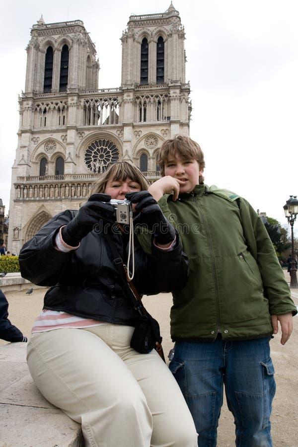 Os turistas aproximam o Notre Dame de Paris foto de stock
