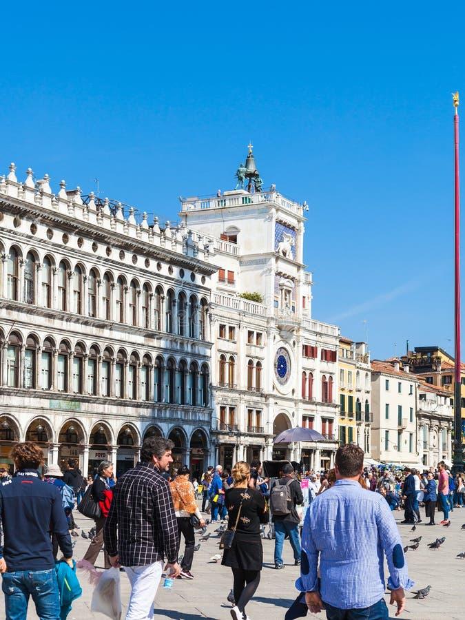Os turistas aproximam a torre de pulso de disparo no quadrado do ` s de St Mark imagem de stock