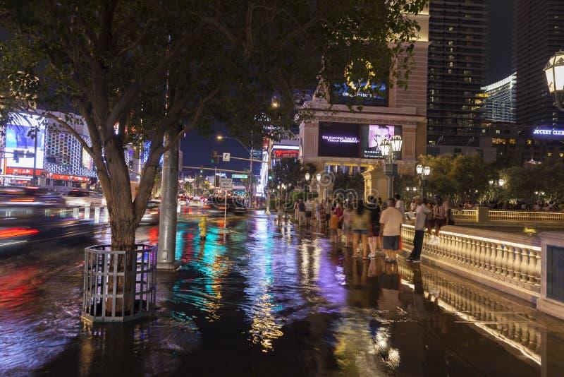 Os turistas colaram em uma tempestade em Las Vegas Boulevard em Las Vegas, N foto de stock