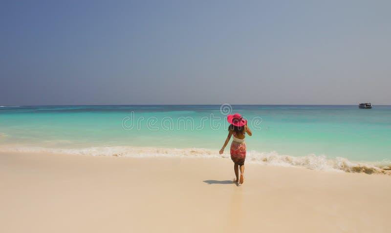 Os turistas da menina apreciam o mar na praia Koh Tao, ao sul de Tailândia imagem de stock