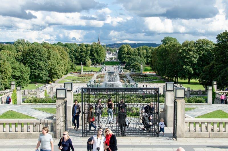 Os turistas em Frogner estacionam em um dia do ` s do verão em Oslo, Noruega fotos de stock royalty free