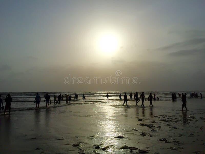 Os turistas em Juhu encalham, Mumbai, Índia foto de stock
