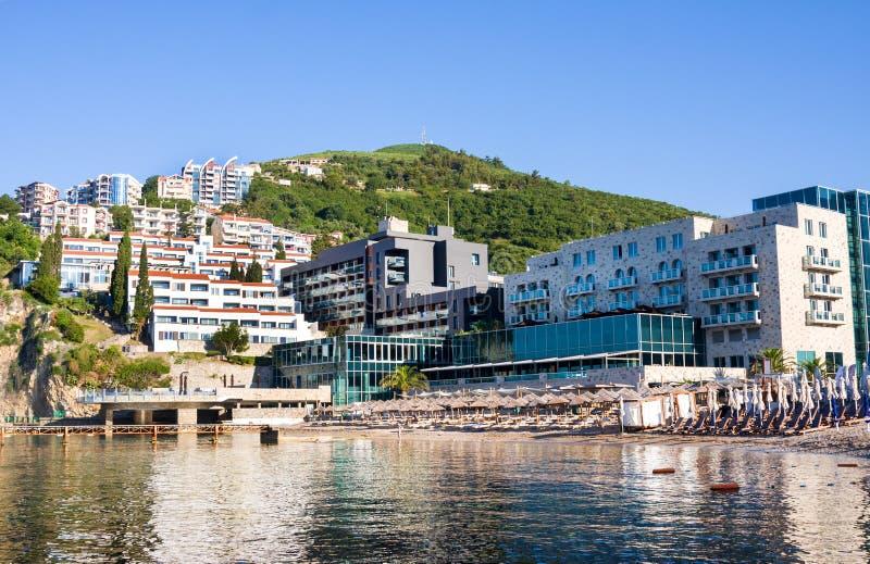 Os turistas em Mogren famoso encalham perto de Budva em Montenegro O Sandy Beach é ficado situado em 150 m ausente fotos de stock