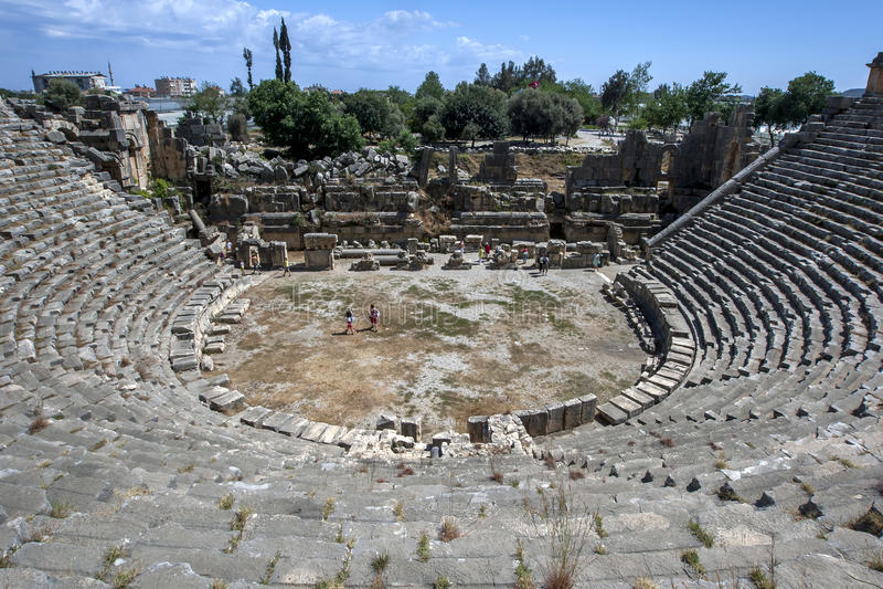 Os turistas escalam sobre as ruínas do teatro greco-romano no local antigo de Myra em Demre em Turquia imagens de stock