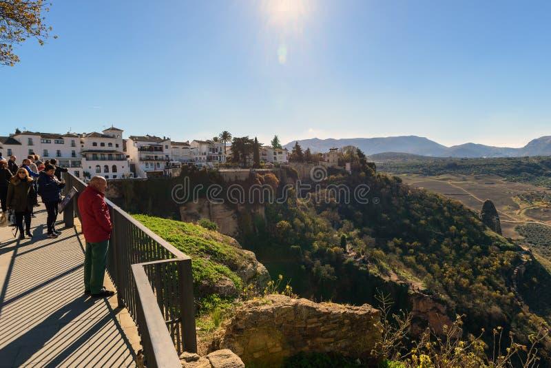 Os turistas estão andando ao longo do trajeto do viajante em penhascos em torno da cidade velha foto de stock