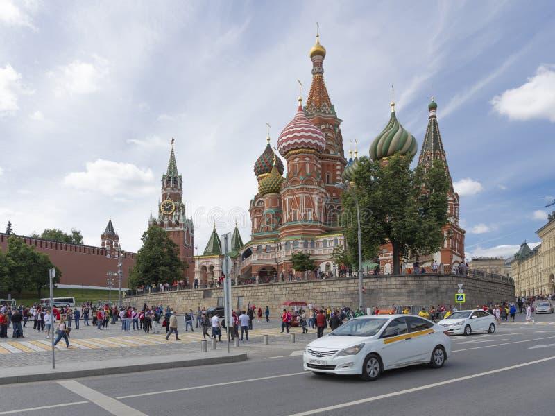 Os turistas estão andando perto da catedral do ` s da manjericão do St, Moscou fotos de stock royalty free