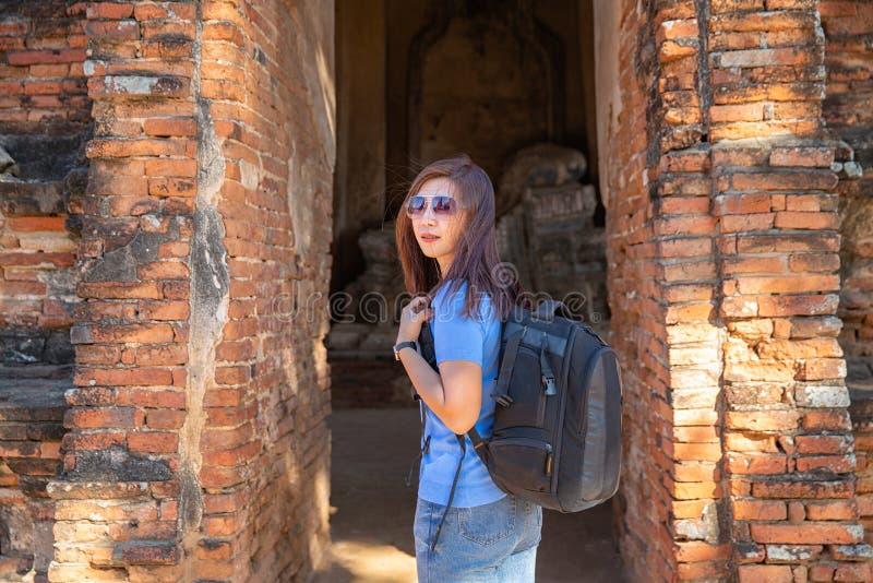 Os turistas estão disparando no retrato retrato do selfie Curso e turismo Caminhada asiática nova da mulher no templo na cidade v imagens de stock royalty free