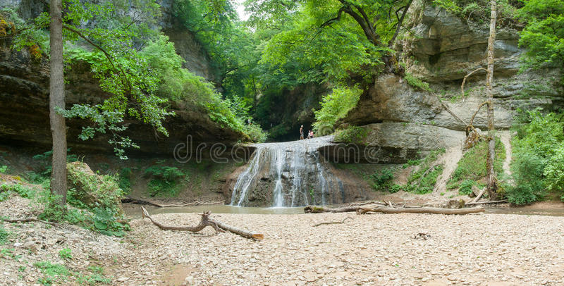 Os turistas estão em uma cachoeira, Cáucaso ocidental, Rússia foto de stock royalty free