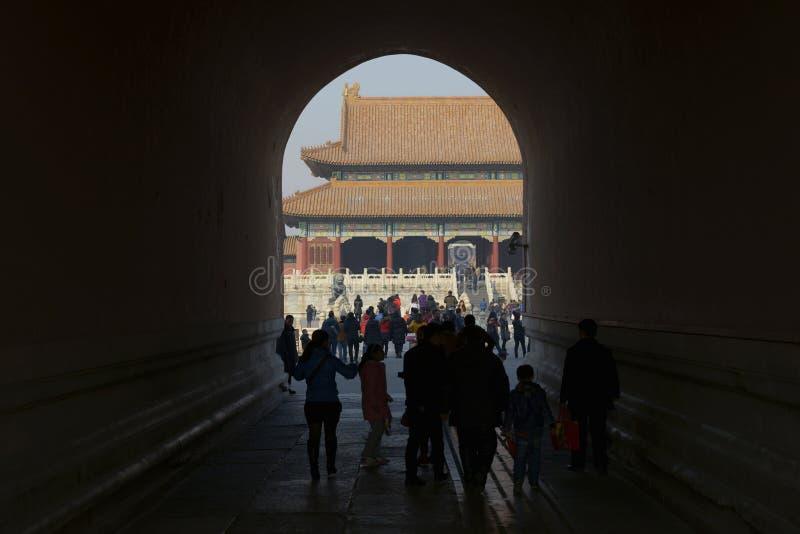 Os turistas estão passando o túnel para visitar a Cidade Proibida fotos de stock royalty free
