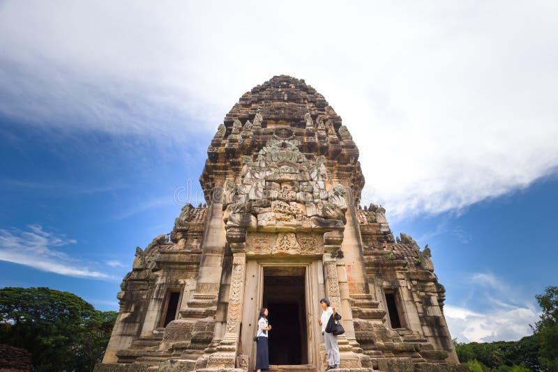 Os turistas estão visitando o parque histórico de Phimai fotografia de stock