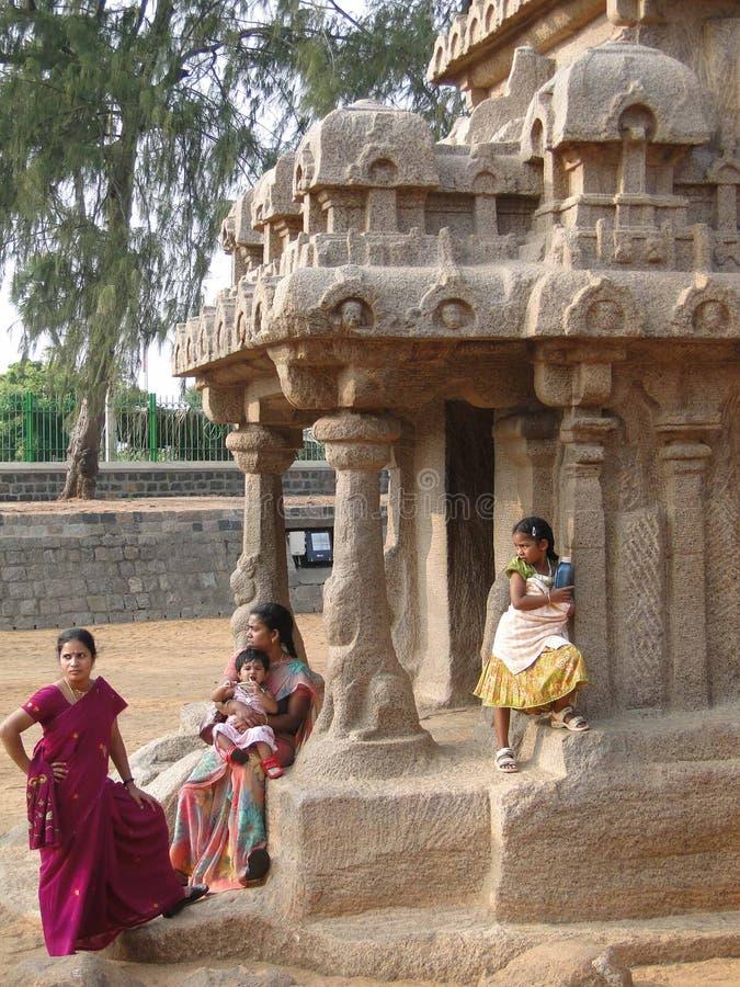 Os turistas indianos exploram templos antigos foto de stock