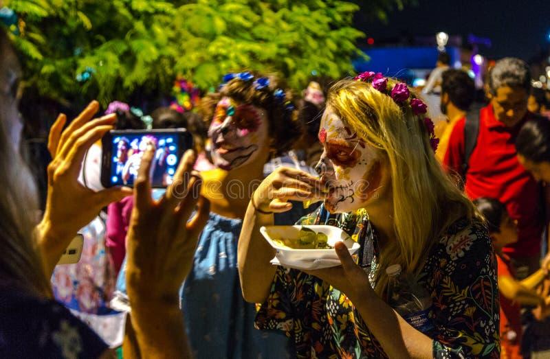 Os turistas juntam-se ao dia das celebrações inoperantes imagens de stock royalty free