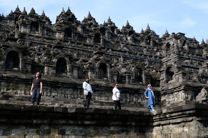 Os turistas locais das mulheres levantam no templo de Borobudur foto de stock
