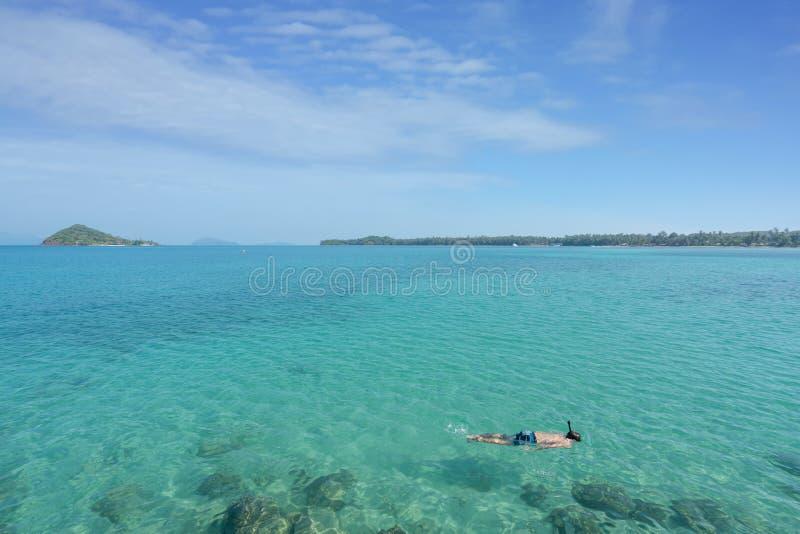 Os turistas mergulham na água de cristal de turquesa perto do recurso tropical em Phuket, Tailândia Conceito do verão, das férias foto de stock