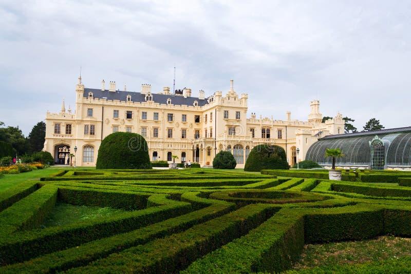 Os turistas na frente do Lednice fortificam a mansão na área de Lednice Valtice, República Checa imagem de stock royalty free