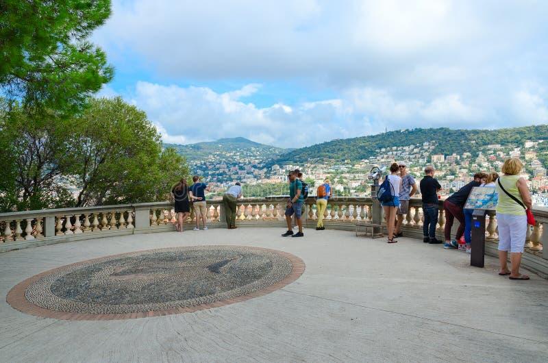 Os turistas na plataforma de observação no parque no castelo romano de la Colline du do parc do monte admiram a vista bonita de a imagem de stock royalty free