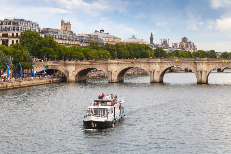 Os turistas no barco de prazer vão perto de Pont Neuf em Paris foto de stock royalty free