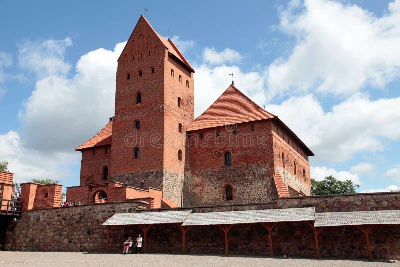 Os turistas no pátio de Trakai fortificam, Vilnius, Lituânia imagem de stock
