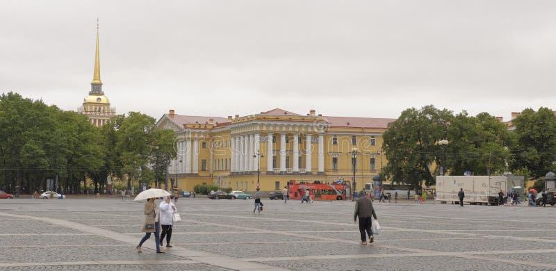 Os turistas no palácio esquadram na chuva foto de stock royalty free
