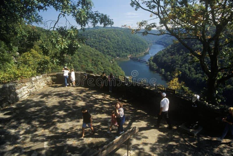Os turistas no parque estadual do ponto dos falcões negligenciam na rota cênico 60 sobre o rio novo em Ansted, WV dos E.U. da est imagens de stock