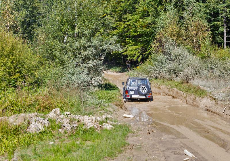 Os turistas participam na excursão extrema às montanhas Carpathian, Ucrânia fotografia de stock
