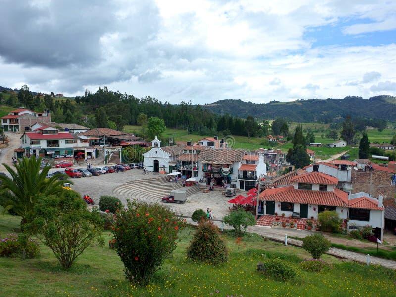 Os turistas passam o feriado do corpus Cristi no monumento de Pantano de Vargas em Paipa, Boyaca, imagem de stock royalty free