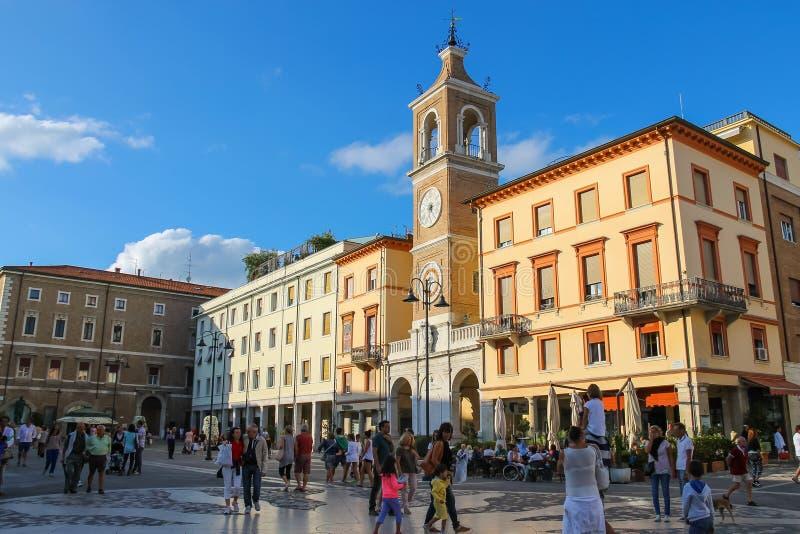 Os turistas que andam em Tre Martiri esquadram em Rimini, Itália imagens de stock