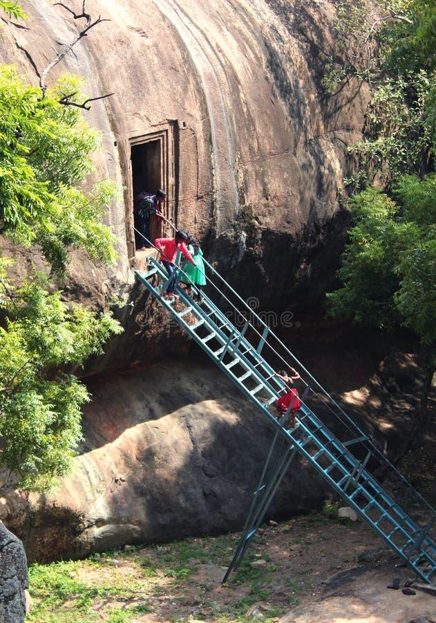 Os turistas que escalam escadas para ver o castelo cinzelaram o salão fotografia de stock royalty free