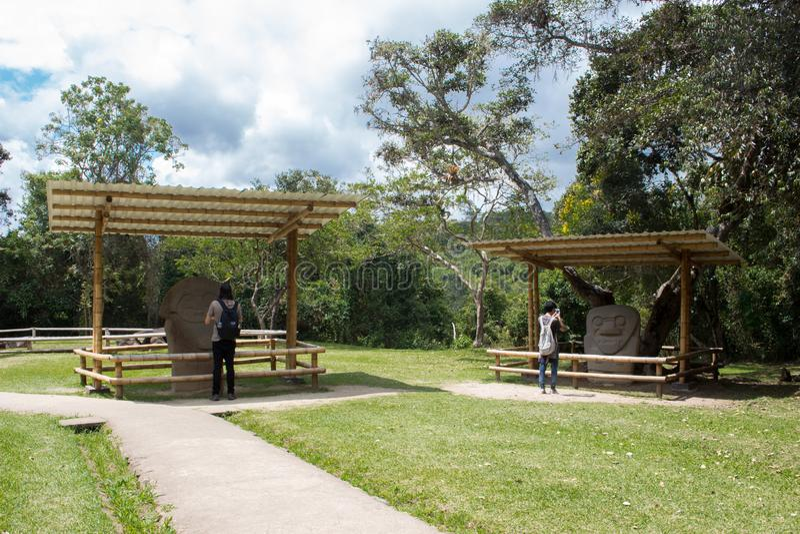 Os turistas que visitam San Agustin Archeological estacionam, Huilla, Colômbia Patrimônio mundial do Unesco foto de stock