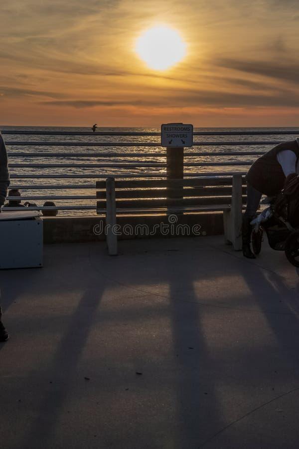 Os turistas recolhem nas sombras de um sunseta na praia de La Jolla em San Diego imagem de stock royalty free