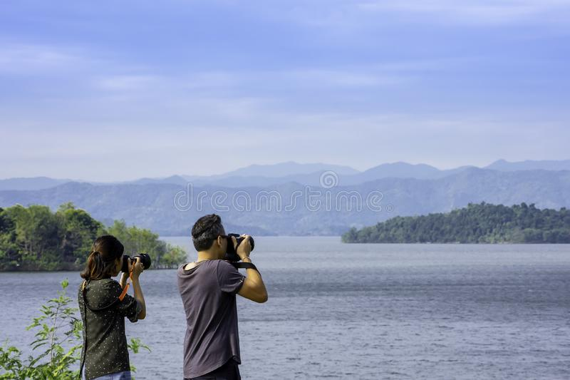 Os turistas tomam imagens com a represa de Kaeng Krachan, Phetchaburi em Tailândia 16 de dezembro de 2018 fotos de stock