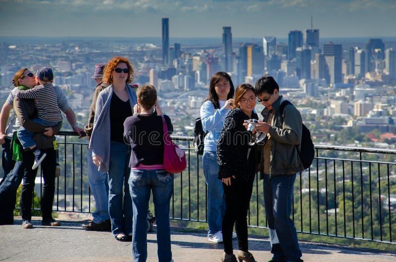 Os turistas tomam imagens do centro de cidade de Brisbane fotos de stock royalty free