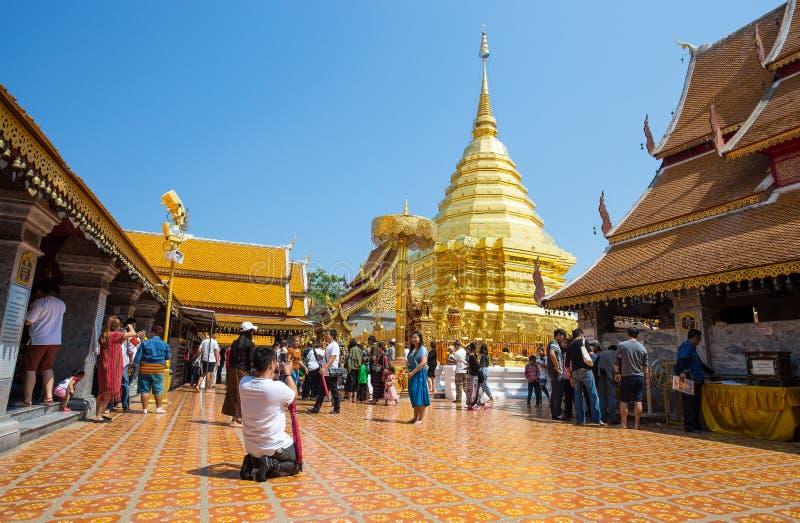 Os turistas tomam uma imagem dentro do templo de Wat Phra That Doi Suthep, Chiang Mai, Tailândia foto de stock