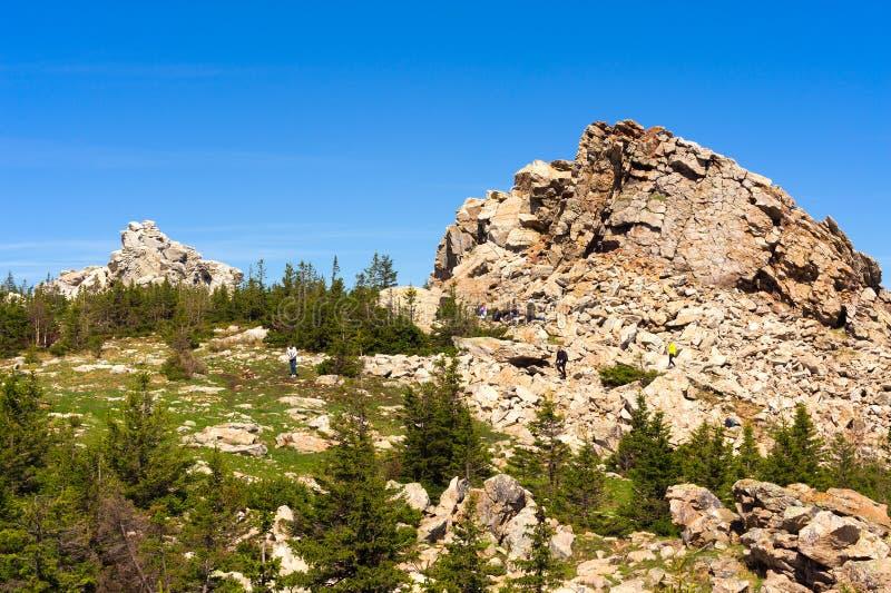 Os turistas vagueiam perto da parte superior do cume de Zyuratkul fotos de stock royalty free