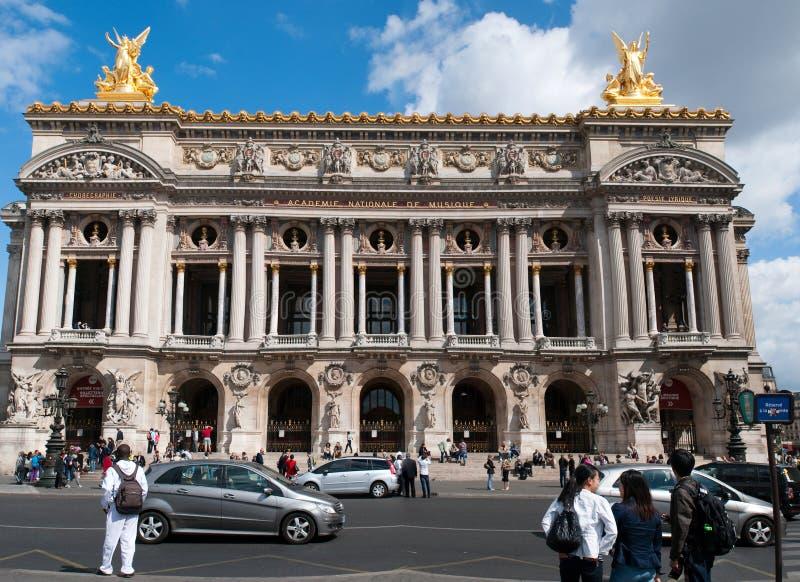 Os turistas visitam a ópera Garnier fotos de stock
