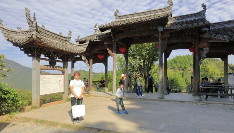 Os turistas visitam a arcada decorada antiga do estilo de anhui, adôbe rgb fotos de stock royalty free