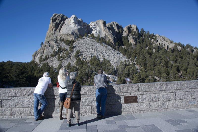 Os turistas visitam os carvings populares das caras presidenciais do Monte Rushmore no Black Hills imagem de stock royalty free
