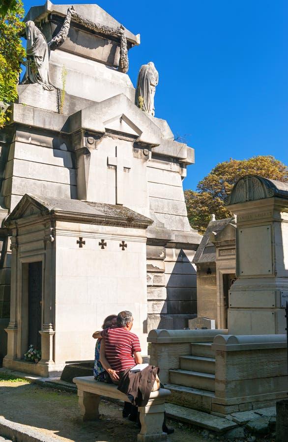 Os turistas visitam o cemitério de Montmartre fotos de stock
