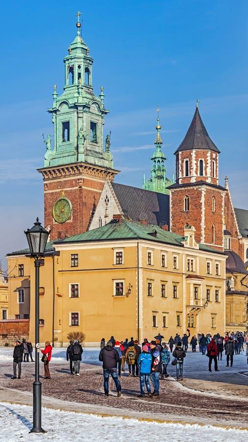 Os turistas visitam o monte de Wawel imagem de stock