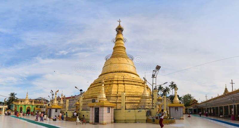 Os turistas visitam o pagode bonito de Botahtaung fotos de stock royalty free