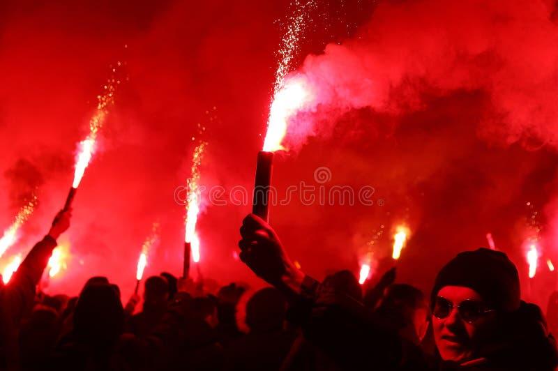 Os ultras do FC Dynamo Kyiv apoiam sua equipe na estrada ao estádio fotos de stock royalty free