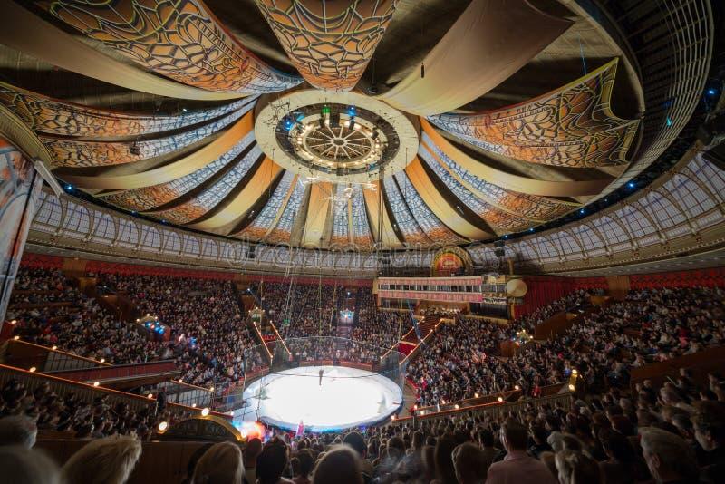 Os ursos polares na arena da grande Moscovo indicam o circo imagens de stock