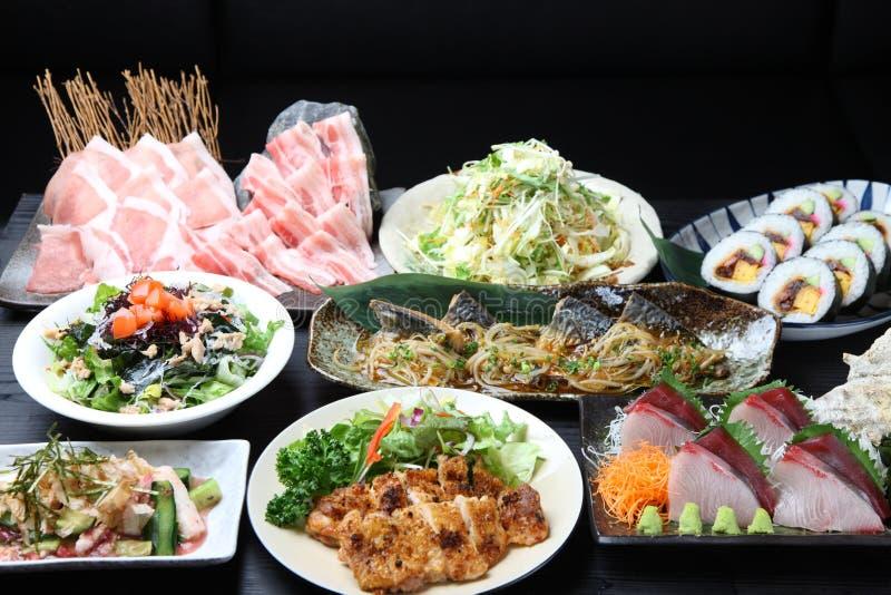 Os vários pratos montam em uma mesa de jantar fotos de stock