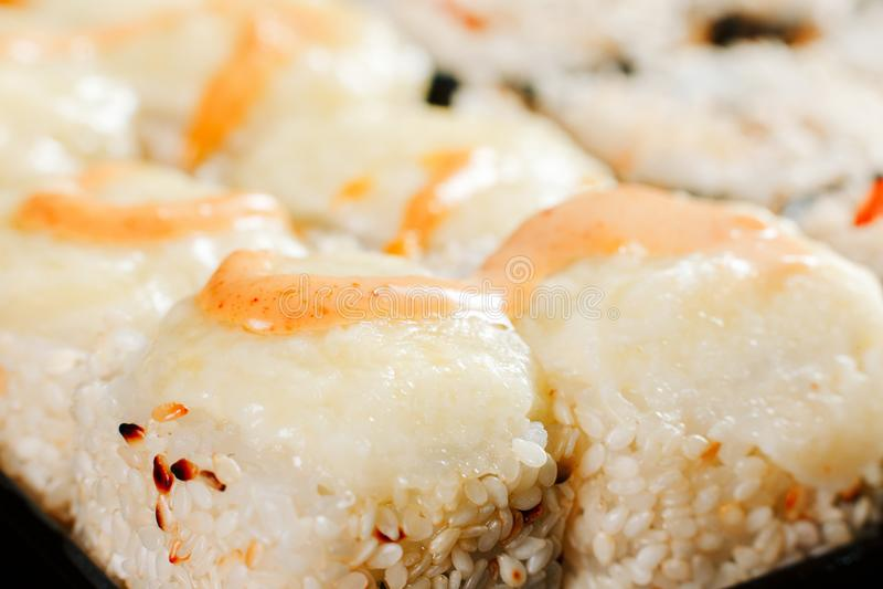 Os vários tipos de rolos de sushi fritados quentes serviram na tabela Tiro macro fotos de stock royalty free