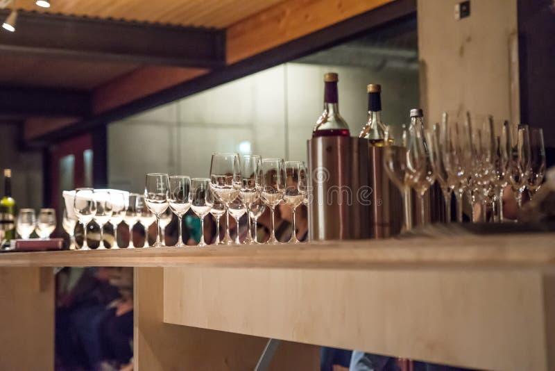 Os vários vinhos e vidros prepararam-se na adega de vinho foto de stock