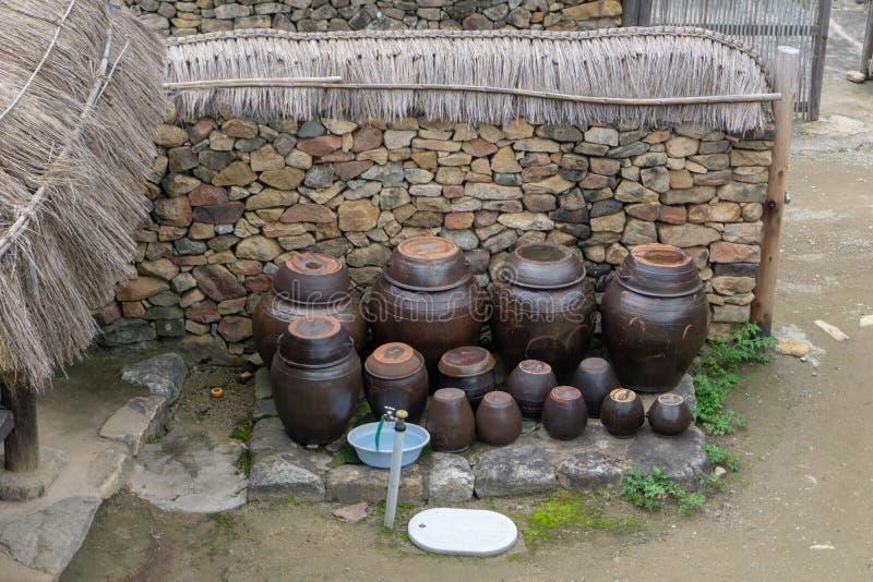 Os vasos do kimchi foram levantados fora da casa imagens de stock
