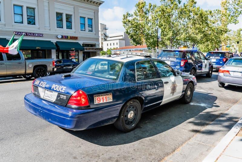Os ve?culos 5 de maio de 2019 de San Jose/CA/EUA San Jose Police pararam em uma rua na baixa, no dia da celebra??o de Cinco de Ma foto de stock