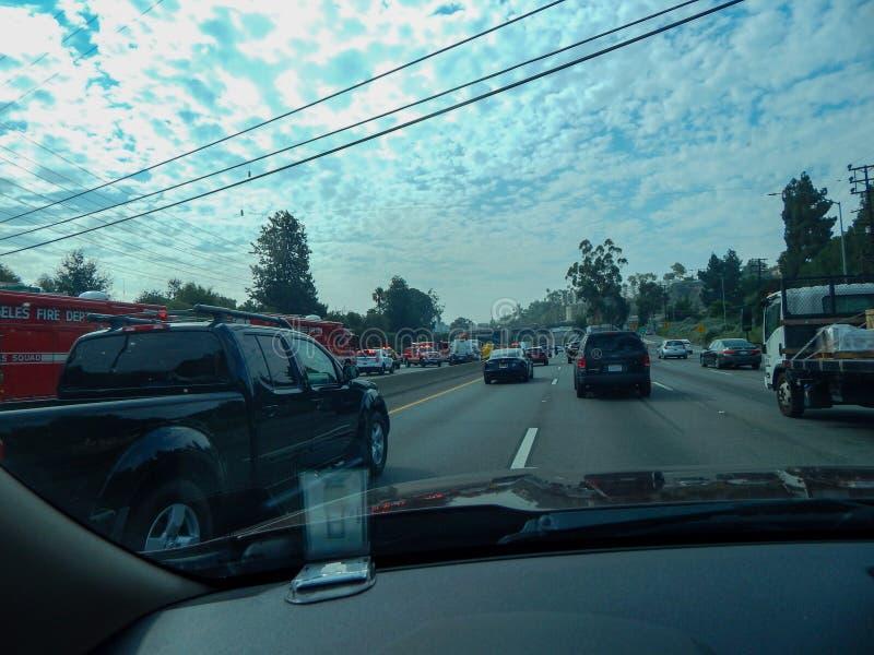 Os veículos de socorro alinham a autoestrada durante o acidente do caminhão virado na autoestrada 5 em Los Angeles fotografia de stock royalty free
