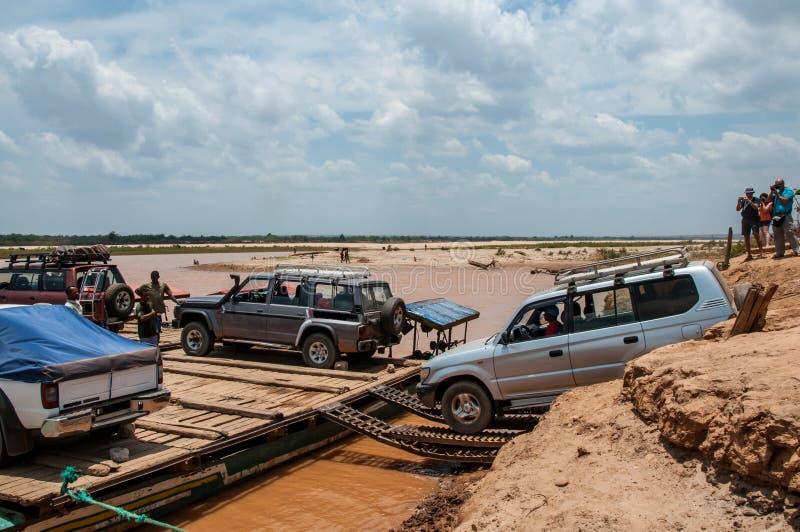 Os veículos fora de estrada empreendem barcas para cruzar o Tsiribihina fotografia de stock