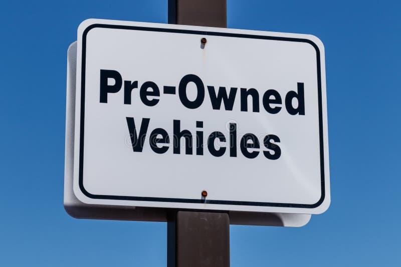 Os veículos pre possuídos assinam-me em um concessionário automóvel usado fotografia de stock